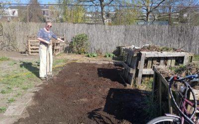 Het is lente, dus wordt er in onze moestuinen gewerkt