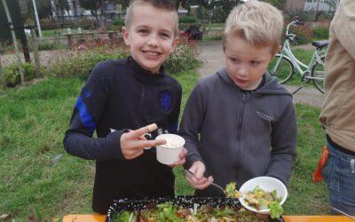Een leuk oogstfeest in de kindermoestuin